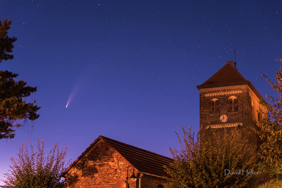 Der Komet Neowise neben einer Gebäudesilhouette. Aufgenommen von David Heller.