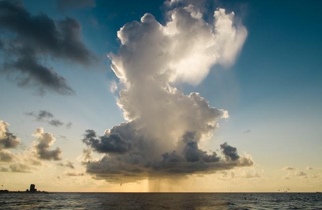 Niederschlag mit einer Wolke