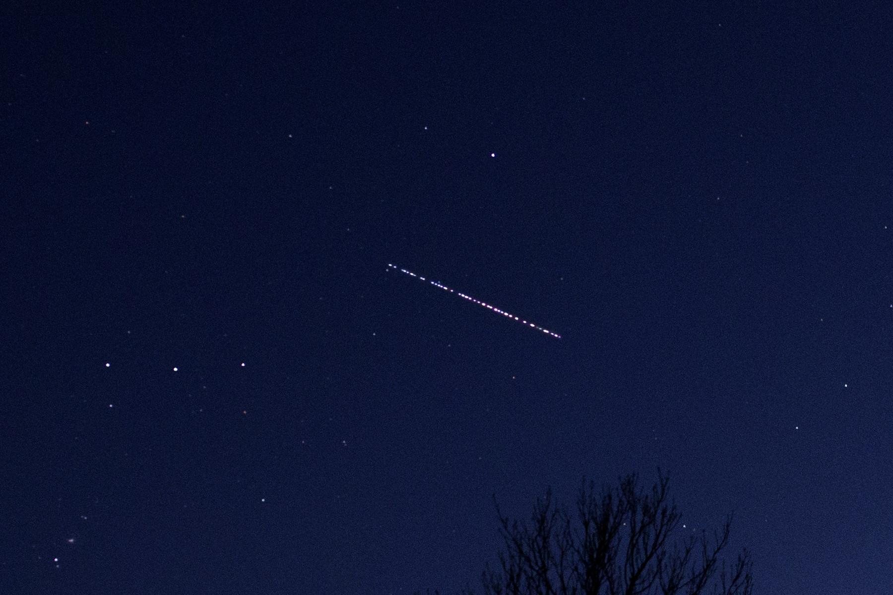 """Der """"Starlink-Train"""": Die Starlink-Satelliten, kurz nachdem sie aus der Trägerrakete entlassen wurden. Aufgenommen von Martin Gembec."""