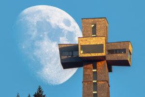 Das Jakobskreuz auf der Buchensteinwand, zusammen mit dem Mond. Aufgenommen von Matthias Schneider.