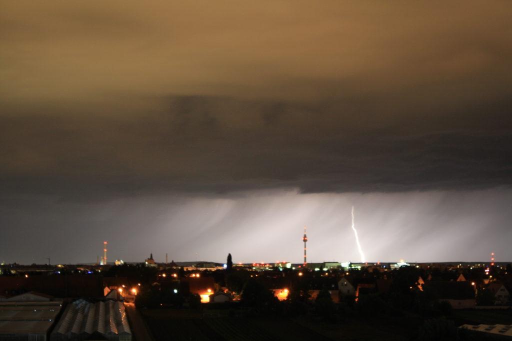 Blitzeinschlag über dem Nürnberger Süden! Aufgenommen von Nico Märzhäuser.