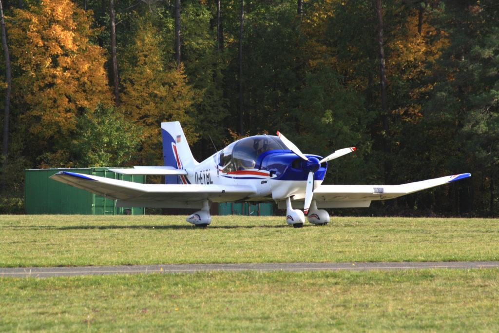 Eine Robin DR400 auf der östlichen Parkfläche.