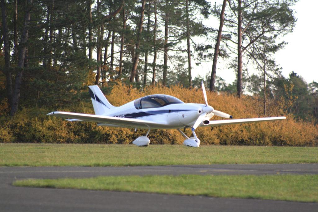 Ein Cirrus Ultraleichtflugzeug auf der östlichen Parkfläche.