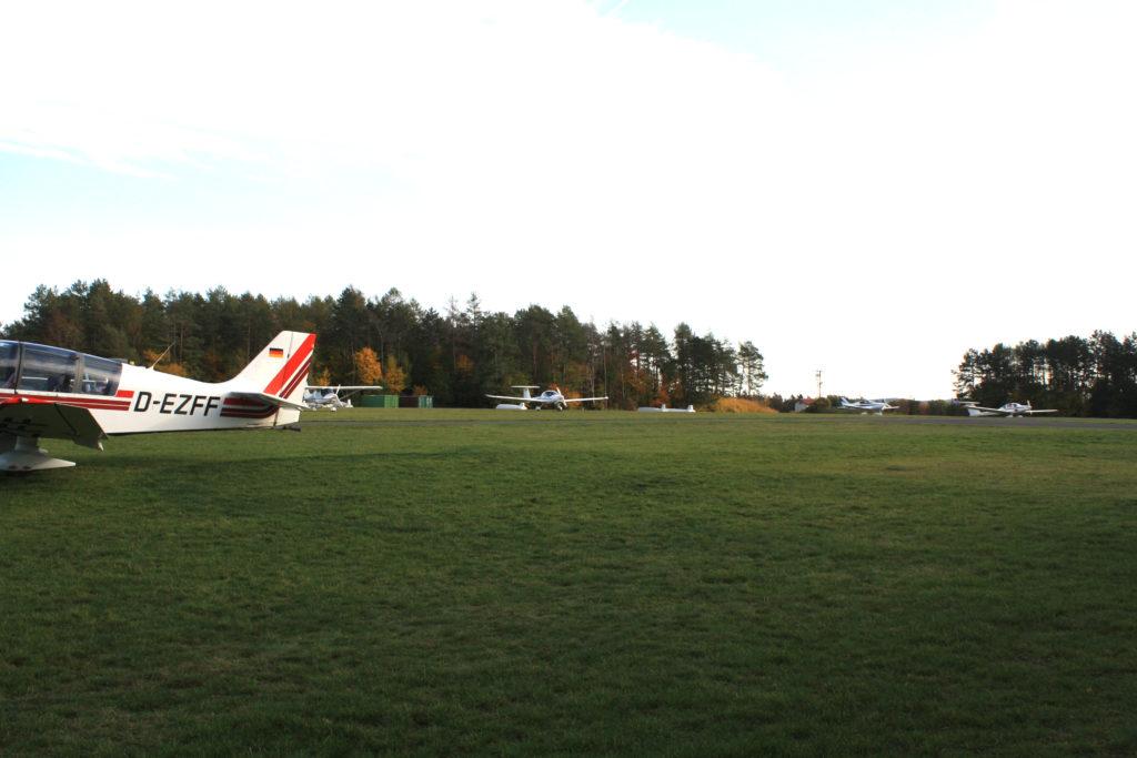 Der Flugplatz wird von Motorseglern, Motorflugzeugen, Ultraleicht und Segelflugzeugen genutzt.