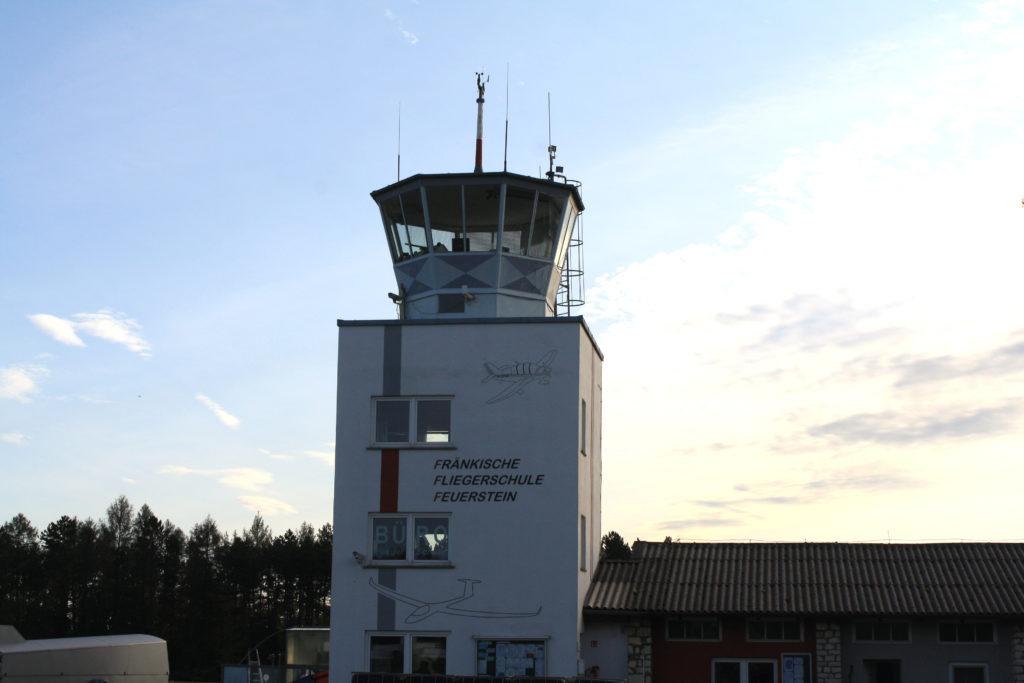 Der Kontrollturm vom Flugplatz Feuerstein.