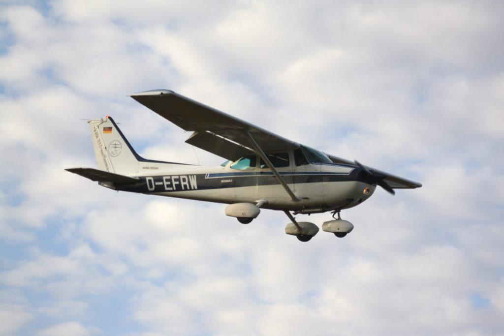 Eine Cessna 172 im Landeanflug auf Burg Feuerstein.