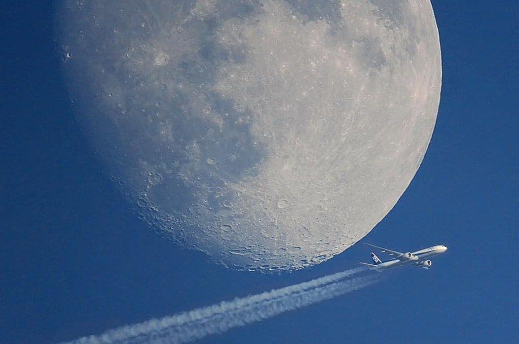 Mond mit einem Flugzeug